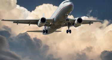 samolot-laduje-w-chmurach