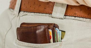 portfel-z-kartami-kredytowymi-w-tylnej-kieszeni
