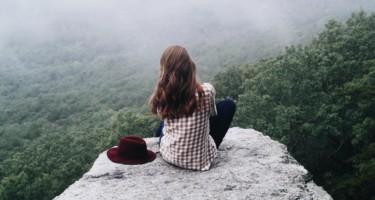 dziewczyna-na-skraju-skały