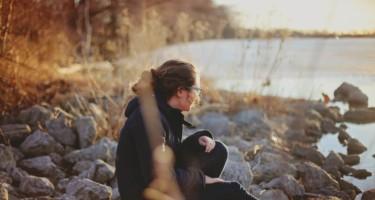 kobieta-siedzaca-na-brzegu-jeziora